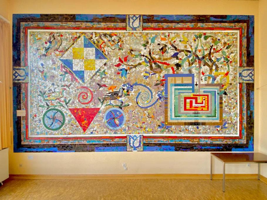 Mosaik als Wandgestaltung im Sitzungssaal des Ortsamts Obervieland - Kunst im öffentlichen Raum (1986) von Eugenia Schuffert Danu. Das Werk misst 3,4 x 6 Meter! (Foto: 06-2020, Jens Schmidt)