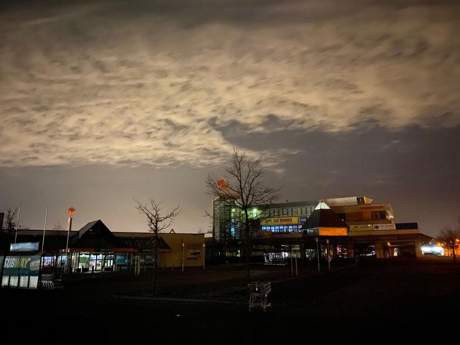 Shoppingcenter Werder-Karree in Bremen-Habenhausen, Bremen Obervieland, bei Nacht (Foto: 04-2020, Jens Schmidt)