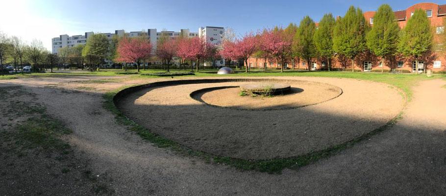 Die Gestaltung des Cato-Bontjes-van-Beek-Platzes oblag 1992 Veronika Maier. Die fehlende Pflege der Grünanlage wurde schon oft im Ortsbereit moniert (Foto: 03-2018, Jens Schmidt)