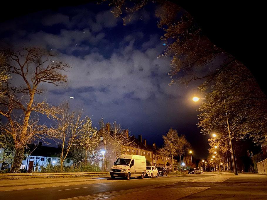 Nachtaufnahme: Wohnhäuser an der menschenleeren Arster Landstraße in Bremen-Arsten, Bremen Obervieland (Foto: 04-2020, Jens Schmidt)