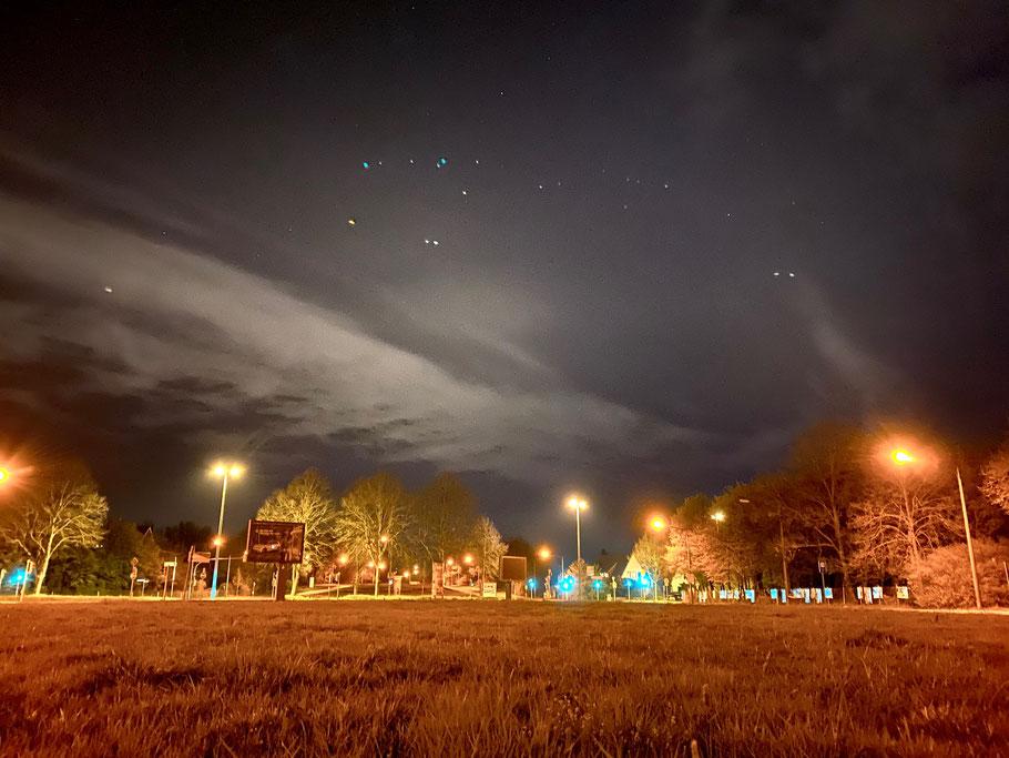 """Nachtaufnahme an der Habenhauser Brückenstraße in Bremen-Habenhausen, Bremen Obervieland, Blickrichtung """"Erdbeerbrücke"""" (Foto: 04-2020, Jens Schmidt)"""