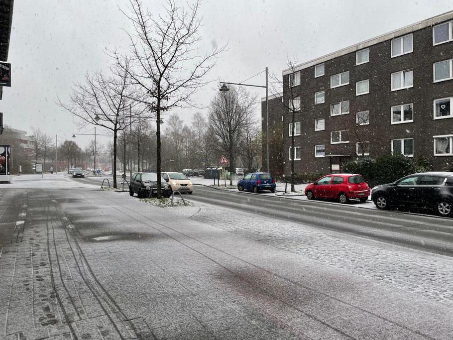Schneefall in der Alfred-Faust-Straße in Bremen-Kattenturm (Foto: 01-2021, Jens Schmidt)