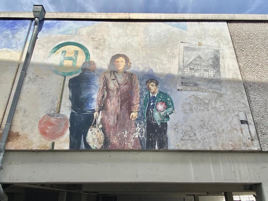 """Rechter Motivausschnitt des dreiteiligen Wandbilds """"Oberneulander Vergangenheit und Gegenwart"""": Menschen aus der Gegenwart, die wie zufällig zusammentreffen (Foto: 06-2020, Jens Schmidt)"""