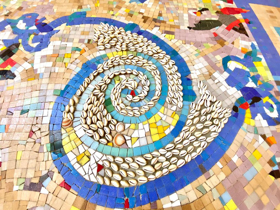 """Eugenia Schuffert Danu hat für ihr Kunstwerk """"Mosaik"""" im Ortsamt Obervieland einige wenige Muscheln für ein Ornament im Mittelteil des Gesamtwerks eingesetzt (Foto: 06-2020, Jens Schmidt)"""