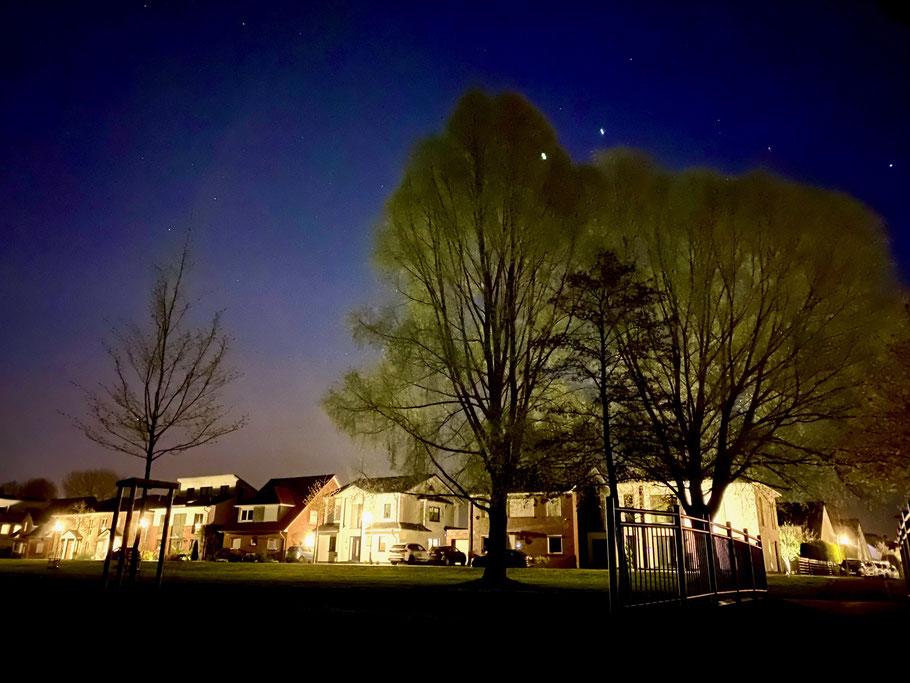 Wohnhäuser an der Albert-Schweitzer-Straße in Bremen-Kattenesch, Bremen Obervieland, bei Nacht (Foto: 04-2020 Jens Schmidt)