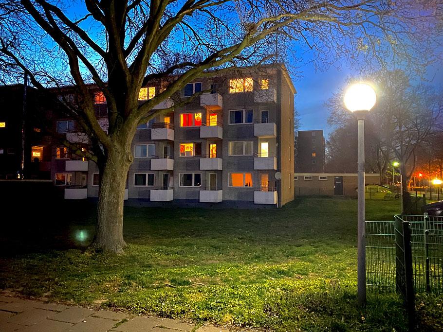 Foto bei Nacht: Wohnblöcke auf dem Areal des Klinikums Links der Weser in Bremen-Kattenturm, Bremen Obervieland (Foto: 04-2020, Jens Schmidt)