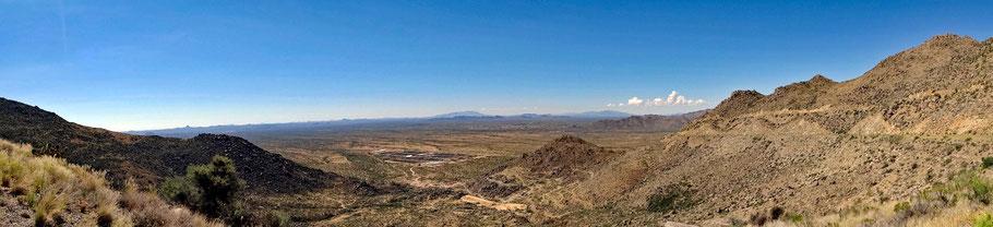 Motoglobe Motorradreisen. Die Strasse führt in die Berge, vo wo man einen schönen Ausblick auf die grosse Ebene und die Ortschaft Congress, Arizona, USA hat.