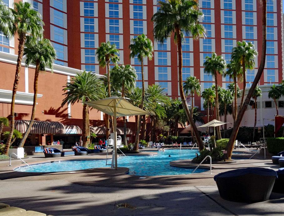 Motoglobe Motorradreisen. Der Pool des Hotel Teasure Island, Las Vegas, Nevada, USA liegt in einem ruhigen Innenhof mit diversen Palmen und Liegenstühlen.
