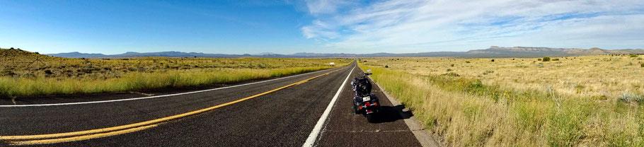 Motoglobe Motorradreisen. Die Harley steht am Strassenrand der Historic Route 66 umringt von Grassteppe im Gebiet der Hualapai Indianer, Arizona USA