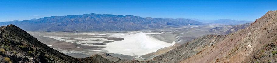 Motoglobe Motorradreisen. Vom Dantes View Point ist die Aussicht ins Death Valley mit dem Salzsee und umliegenden Bergen gewaltig.