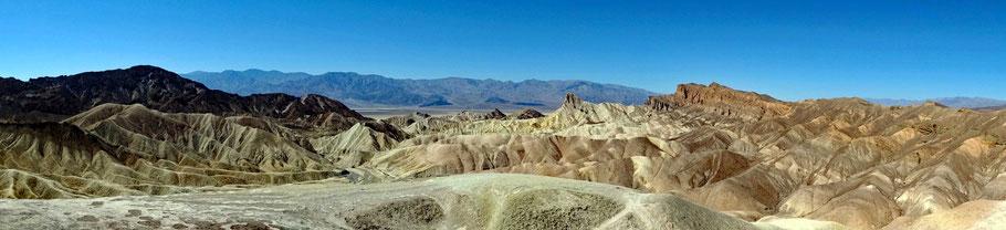 Motoglobe Motorradreisen. Die Gebirgserosionslandschaft rund um den Zabriski Point im Death Valley, Kalifornien, USA, ist wunderschön.