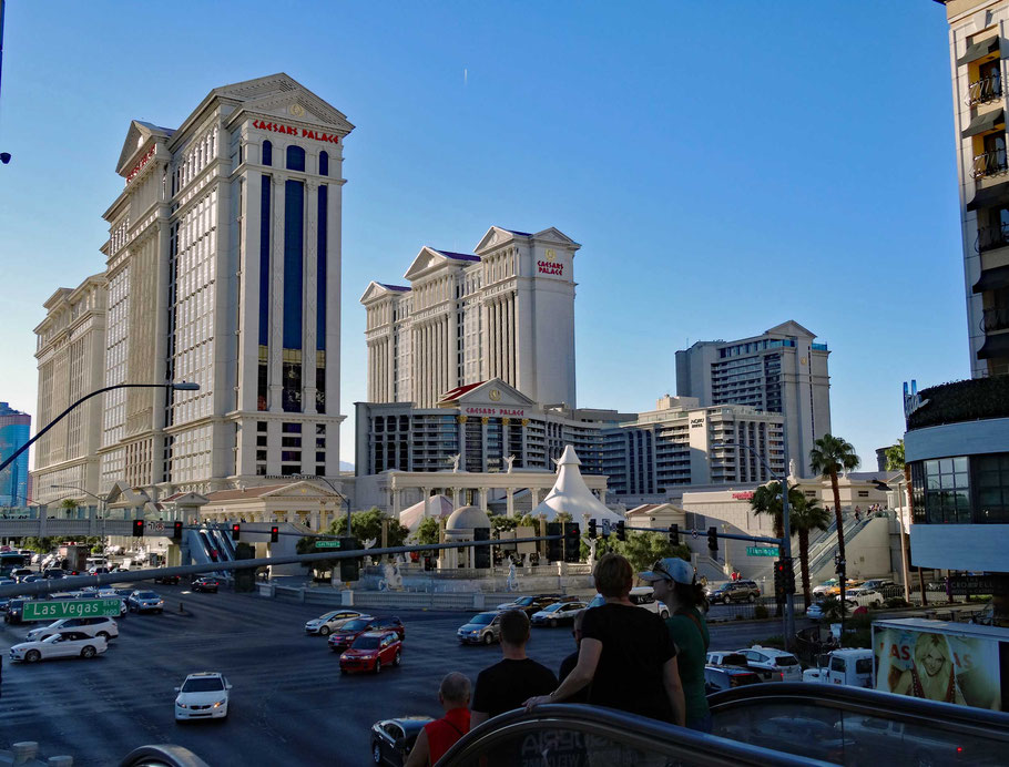 Motoglobe Motorradreisen. Entlang dem Las Vegas Strip befinden sich riesige Hotelanlagen.