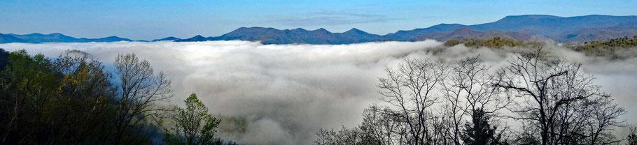 Motoglobe_Motorradreisen. Der Nebel liegt über dem grossen Waldgebiet des Nantahala National Forest im Smoky Mountain National Park Gebiet, North Carolina, USA.