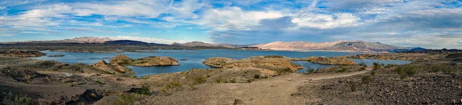 Motoglobe Motorradreisen. Im Hintergrund ist der schöne Lake Mead und die umliegenden Berge zu sehen.