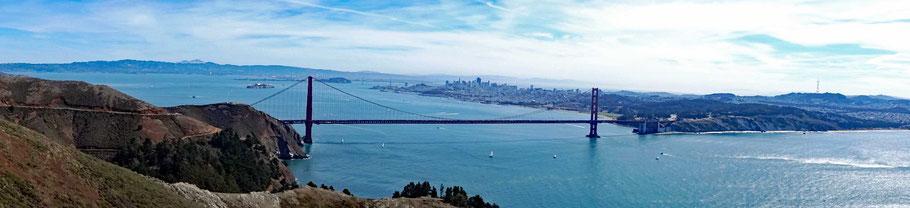 Motoglobe Motorradreisen. Vom Marin Headlands Visto Point blicken wir in die Bucht von San Francisco mit der Golden Gatet Bridge, dem Meer und die Skyline der Stadt plus die Gefängnisinsel Alcatraz.