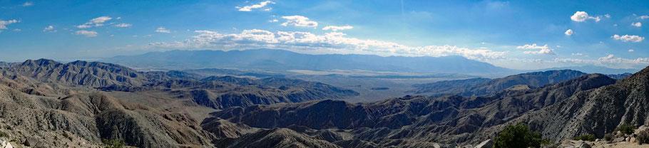 Motoglobe Motorradreisen. Vom Aussichtpunkt Keys View im Joshua Tree National Park, Kalifornien, USA blickt man über karge Berge und Ebenen.
