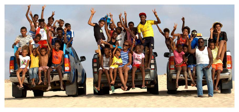 Drei Pickups von Boa Vista Tours mit den Kindern aus der Ortschaft Bofareira