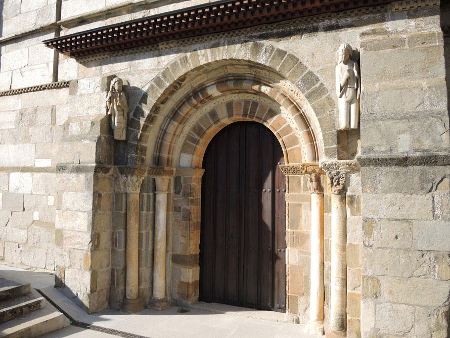 Südportal mit der Statue von Heiligen Jakobus (links)