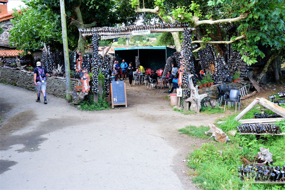 Obligatorische Pause bei einem Kult Biergarten Tia Dolores, 12 km vor O'Pedrouzo