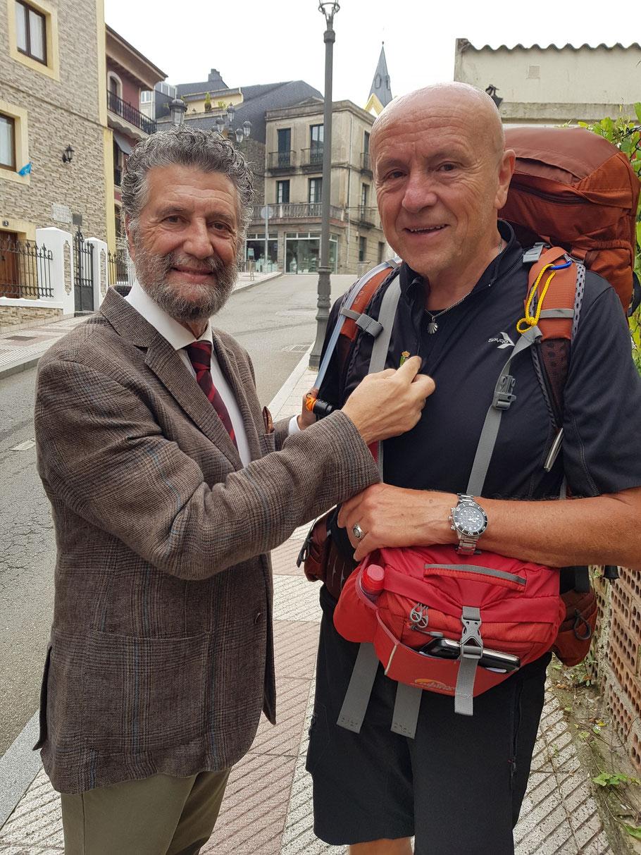 Vom sehr netten und pilgerfreundlichen Bürgermeister der asturianischen Hafenstadt Navia, Herrn Ignacio Garcia Palacios habe ich eine Ehrenstadtabzeichen bekommen