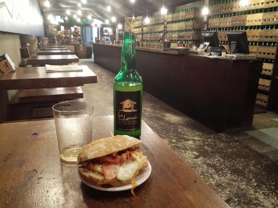 Lunch in der Sidreria in Aviles. Sidra Asturiana con pincho.