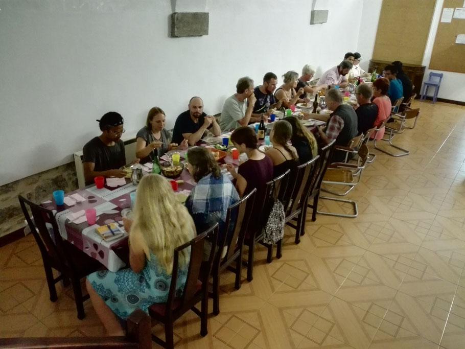 Gemeinsamer Abendessen in der Herberge von Laredo.