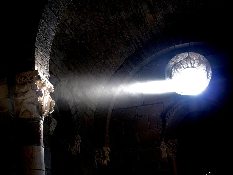 Exakt zum Tagundnachtgleiche (Equinoctial) am 21 März 9 Uhr und 23 September 9:50 Uhr wird die rätselhafte Statue mit dem Sonnenstrahl durch Oculus über dem Altar für Paar Minuten belichtet.