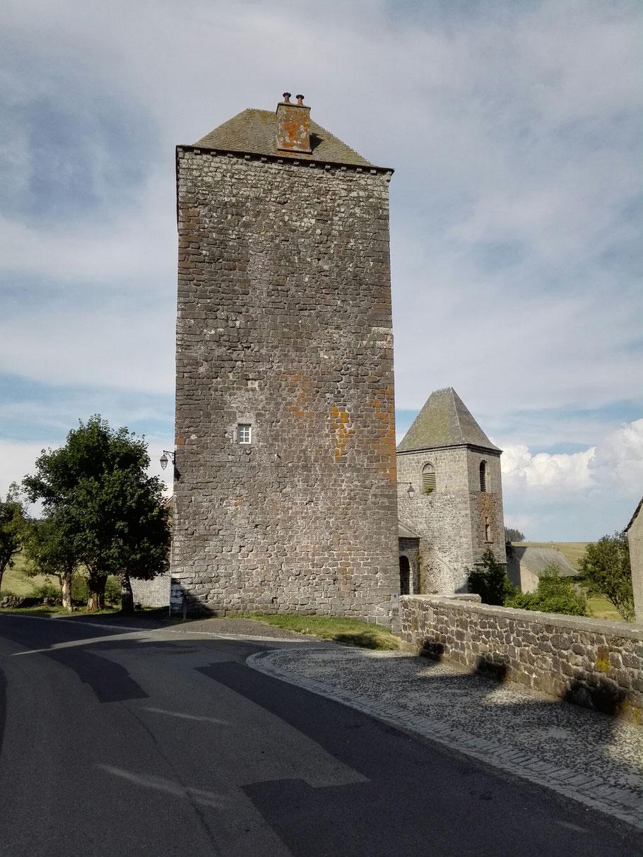 Aubrac. In dem  Wehr-Turm schlafe ich heute. In Mittelalter die Umgebung war sehr gefährlich für Pilger.