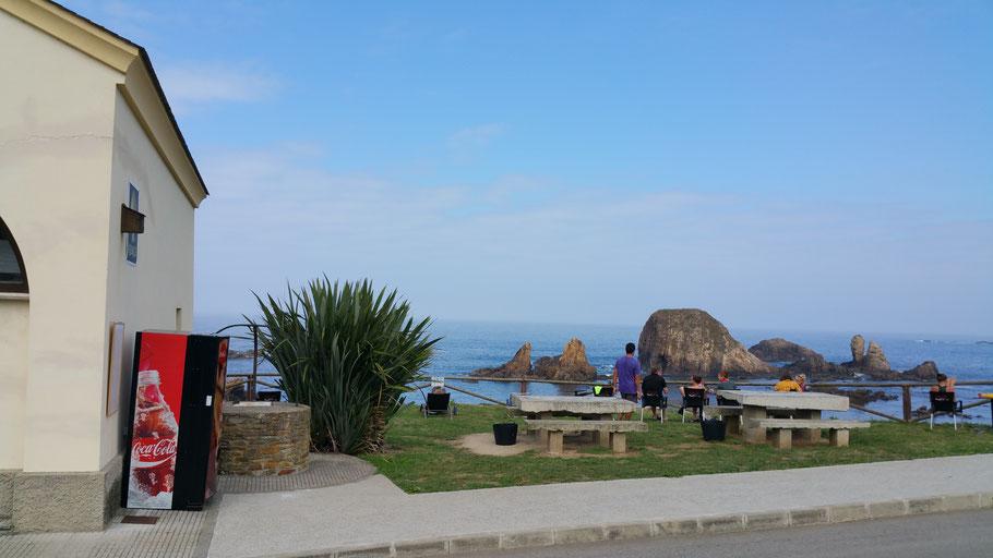 Herberge in Tapia liegt malerisch direkt am Meeresufer