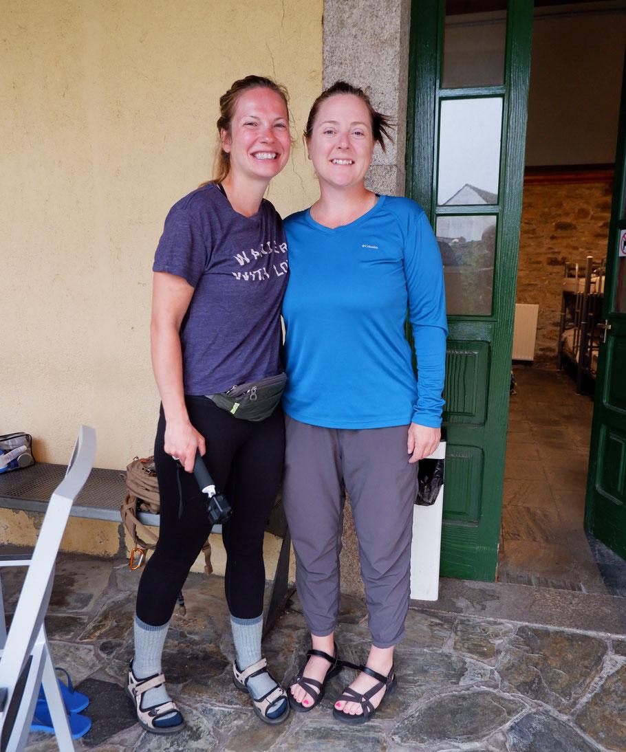 Jen und Lizz (USA) am Start von der Herberge in Baamonde