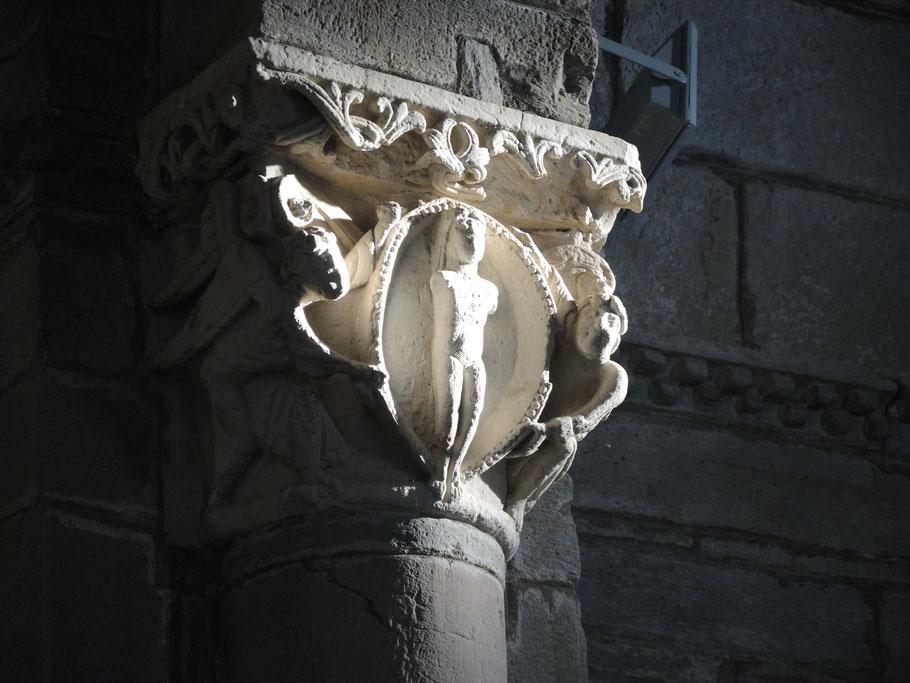 Die rätselhafte Statue am Kapitell neben dem Altar wird genau zm Tagundnachtgleiche vom Sonnenstrahl belichtet