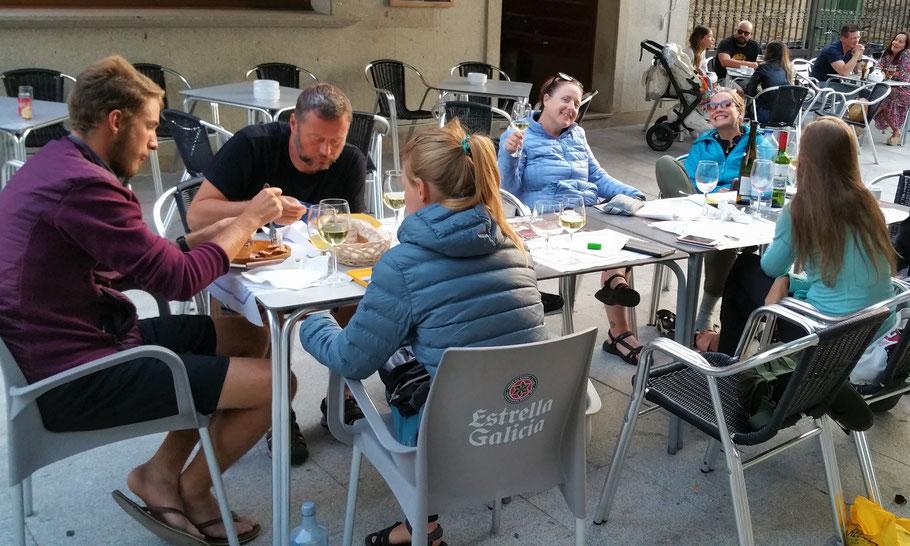 """Ein Pilgeressen in Sobrado Dos Monxes. Pilger aus Deutschland, Österreich und USA. Es gabt Mariscos, dazu hervorragend passenden Albarino... """"No vino, no camino!"""" :). Die Stimmung war so gut, dass wir fast die klösterliche Sperrstunde verpasst hatten.."""