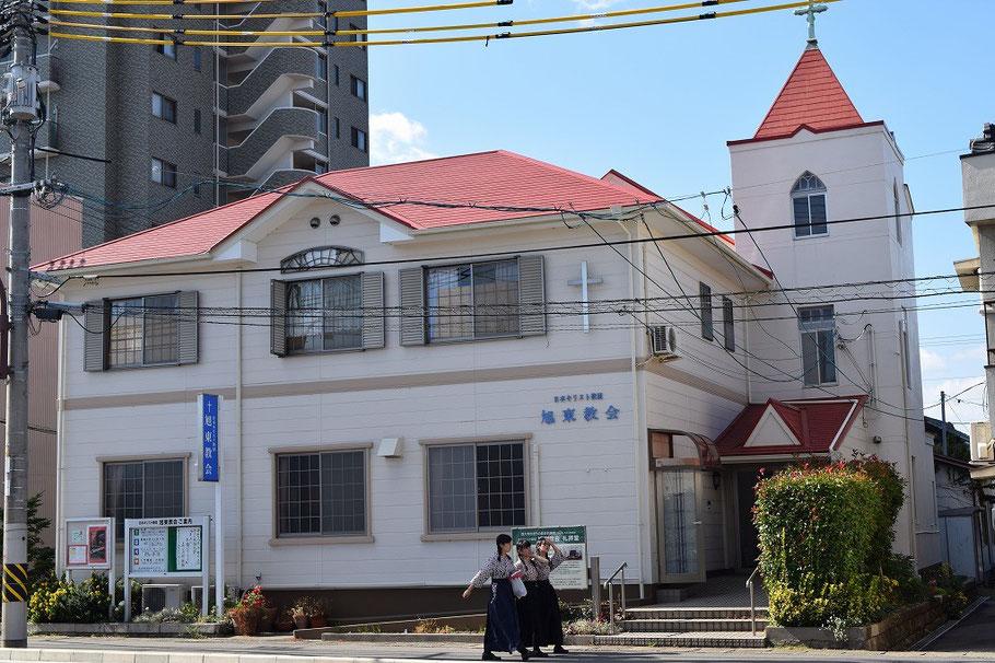 2015年11月3日・文化の日に撮影。礼拝堂は奥の方の塔が建つ建物。手前が集会室や牧師館を兼ねた多目的に使用する部分。