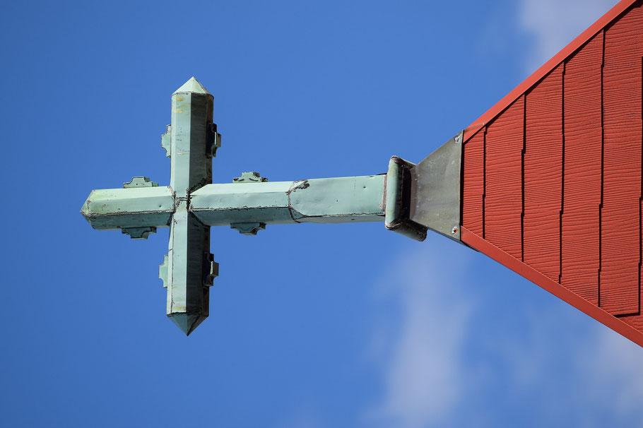 旭東教会の歴史を見守り続けて来てくれている会堂屋根の上の歴史ある十字架(2015年5月5日撮影)。今も、これからも、旭東教会のたいせつなシンボルで有り続けてくれることだろう。