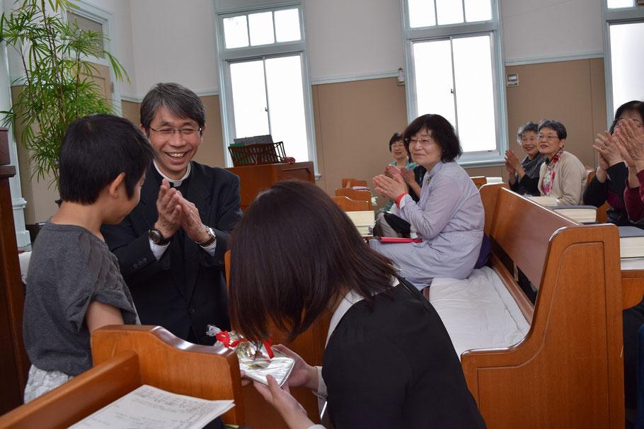 直ちゃん、実はすごーく恥ずかしかったようです。みんなで嬉しくなるこのひとときは、本当に幸せな時間です。旭東教会の礼拝へどうぞ!