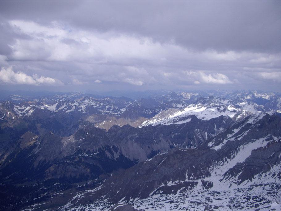(Das einzige Foto, das ich mit den dicken Handschuhen über dem Weißen Rössle machen konnte, zeigt im Vordergrund das Klesenzatal, dahinter das Ende des Großen Walsertales und unzählige Berge, die ich nicht identifizieren kann.).