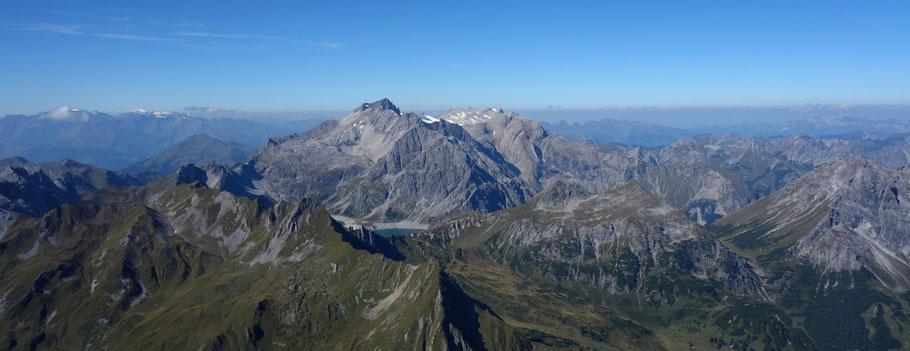 Bildmitte: Lünersee, dahinter die Schesaplana mit einem kleinen Stück des Brandner Gletschers