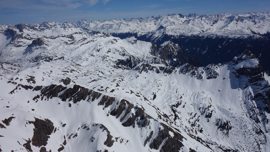 Blick nach Osten Richtung Arlberg, vorne rechts der Roggelskopf
