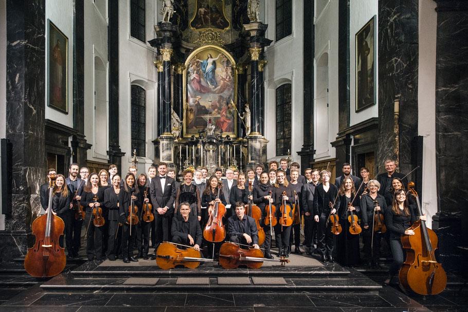 Nadja Räss, Wolfgang Sieber, Eberhard Rex, Luzerner Sängerknaben, Orchester Santa Maria und der Komponist Joël von Moos bei der Uraufführung der Kantate Dorothea in Sachseln.