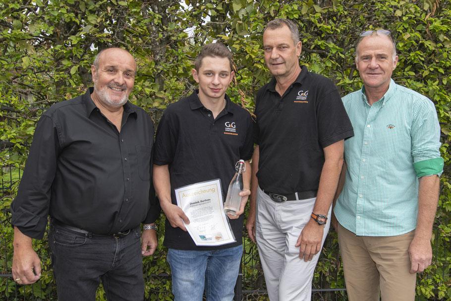 Freude über die Auszeichnung (v.l.): Istvan Jakab (Vorstandsmitglied IGW), Thomas Frey (IGW-Präsident), Luana Schöpfer und Arno Murri (Raiffeisenbank Sensetal).
