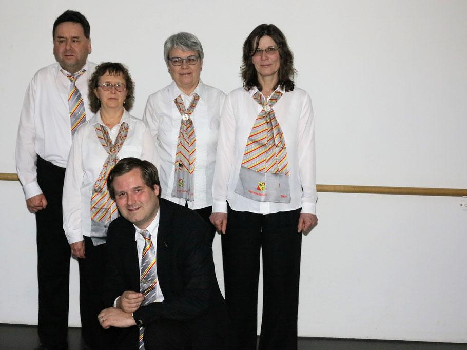 von links nach rechts: Martin Zingre (Präsident), Monika Büttiker, Therese Scheidegger und Irina Petri, davor in der Hocke Manfred (Musikalischer Leiter)