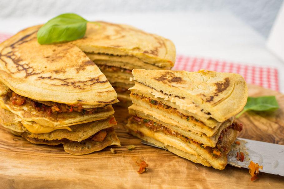 Glutenfreie Pfannkuchentorte mit veganer Käsecreme und Gemüsepesto