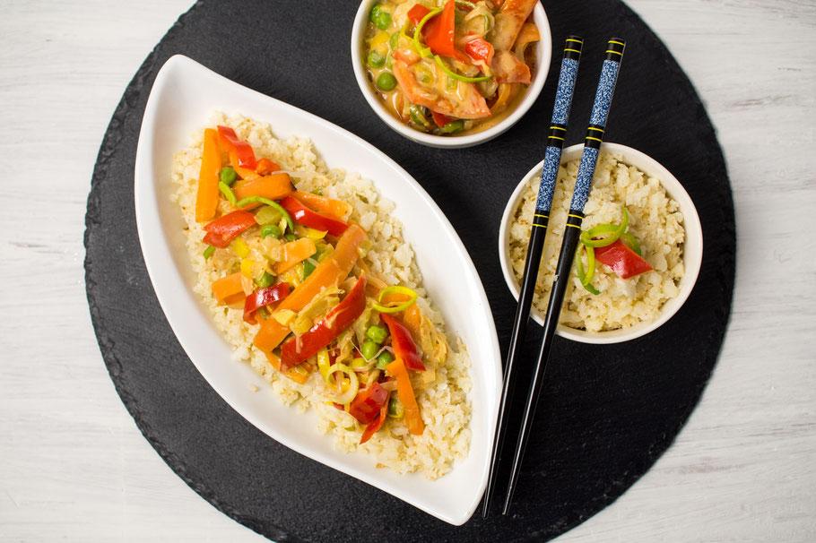 Asiatisches Gemüse mit Erdnusssoße und Blumenkohlreis