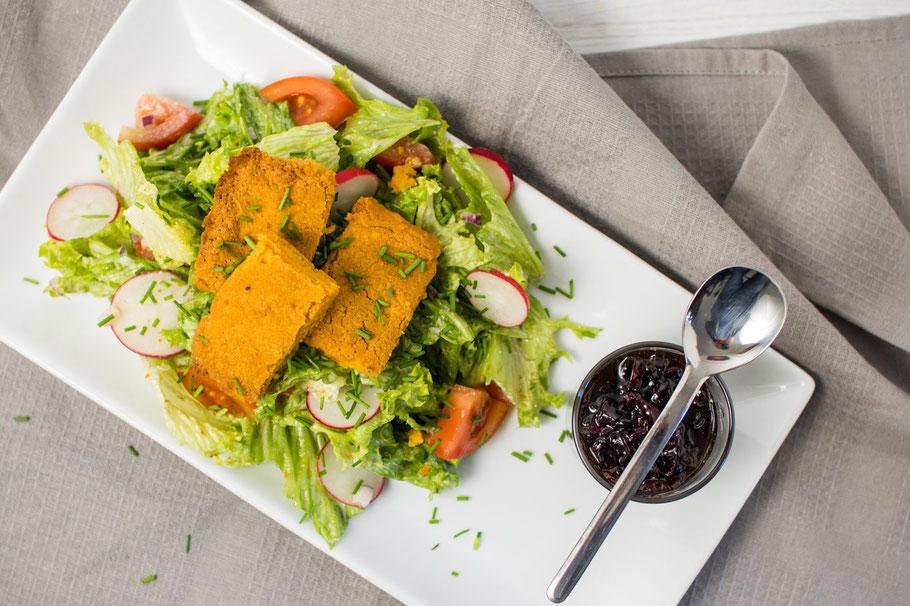 Salatbett mit gebacktem Nuss-Feta und Zwiebelkaramell