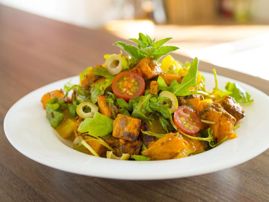 Mediterraner Süßkartoffelsalat mit Rucola und Tomatendressing (vegan)