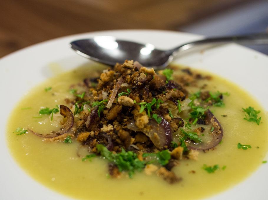 Veganes Kartoffelsüppchen mit Sauerkrauteinlage und würzigem Räuchertofuhack