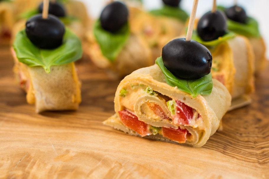 Vegane Pfannkuchenhappen mit cremig-würziger Füllung
