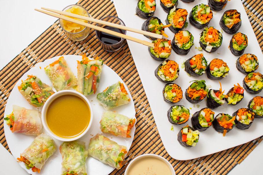 Rohkostrollen mit Tahini- und süßem Senf-Dip (vegan)