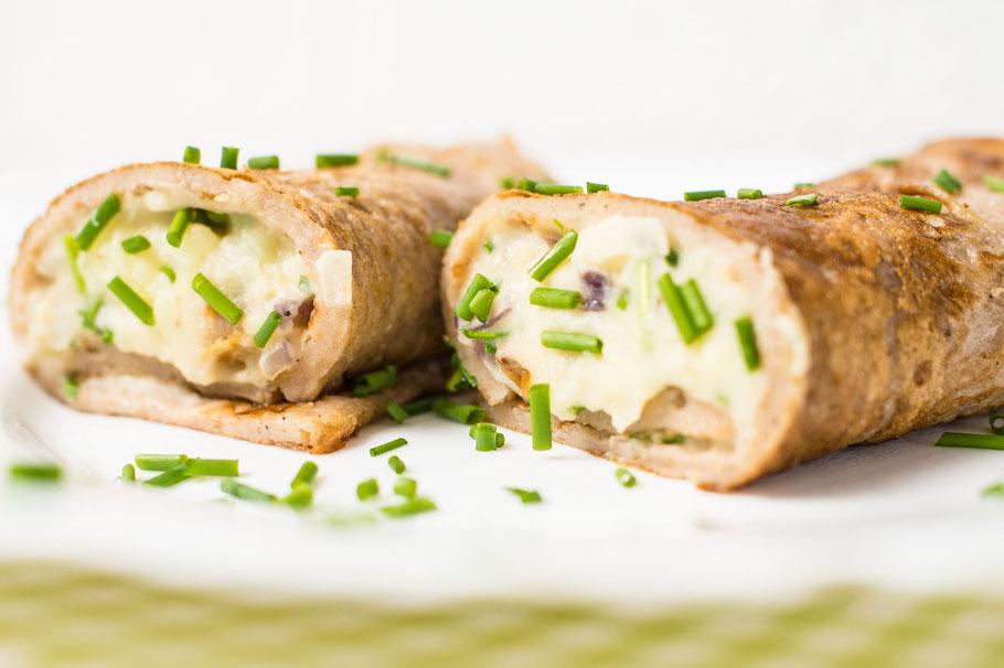 Kastanienmehlpfannkuchen mit veganer Kartoffel-Frischkäsefüllung, Räuchertofu und Schnittlauch