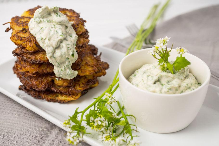 Kartoffelpuffer mit veganer Cashew-Sour-Cream – verfeinert mit selbstgepflückter Knoblauchrauke